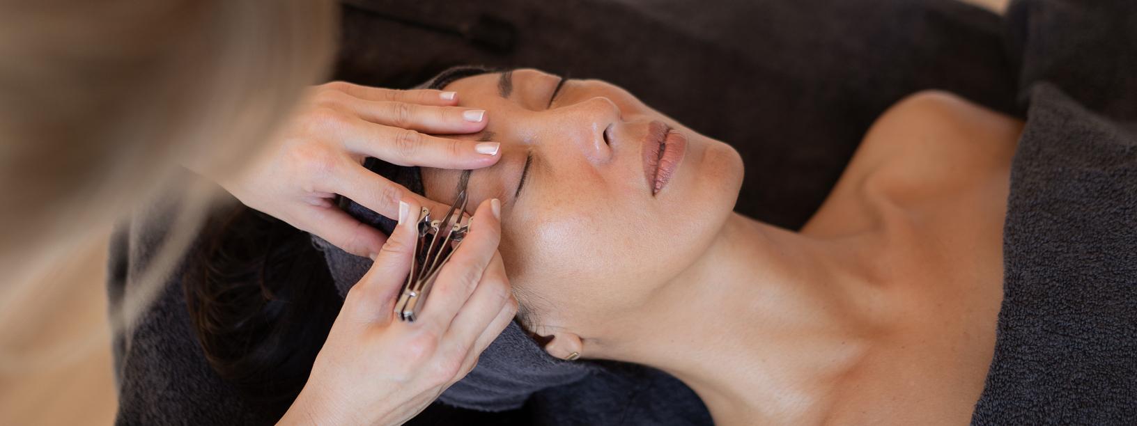 <p>Website fotografie voor Salon Sanne in Amersfoort. Over Salon Sanne Sanne Hofland, eigenaar van Salon Sanne, is gediplomeerd schoonheidsspecialiste en pedicure. Ze is lid van brancheorganisaties ProVoet en ANBOS. In haar pedicure praktijk kunnen medische en cosmetische voetbehandelingen worden verricht. Ook is ze gespecialiseerd in nagelreparaties en -correcties met gel. […]</p>